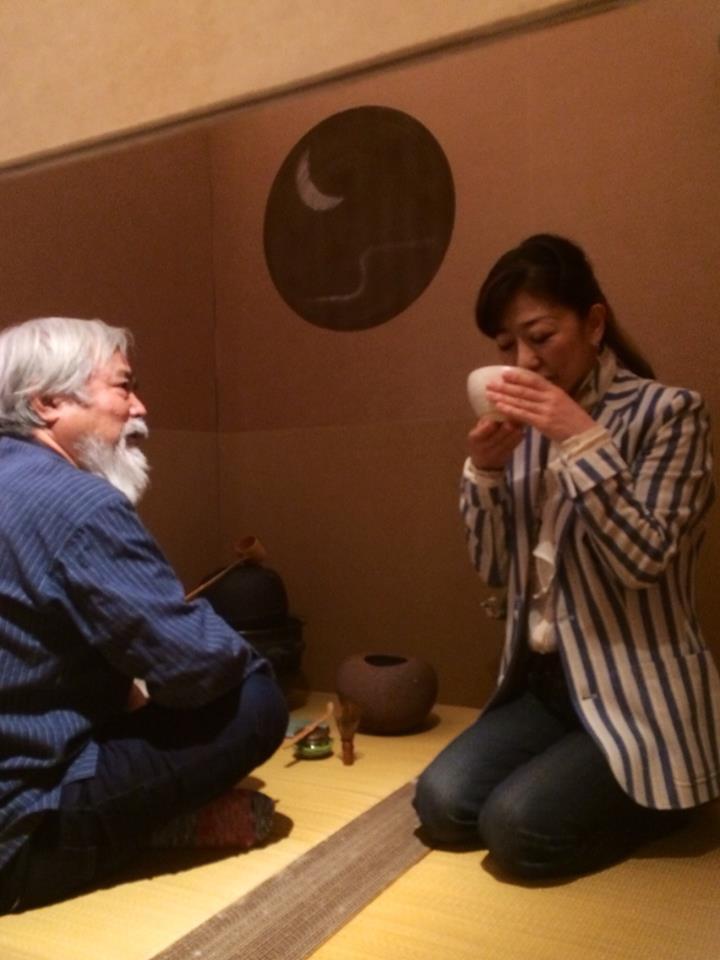 表参道アートフェスティバル 草月会舘 段ボールの茶室アートでお茶をいただく