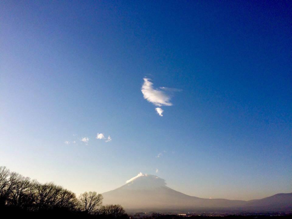 御殿場アウトレットからの富士山と鳥みたいな雲