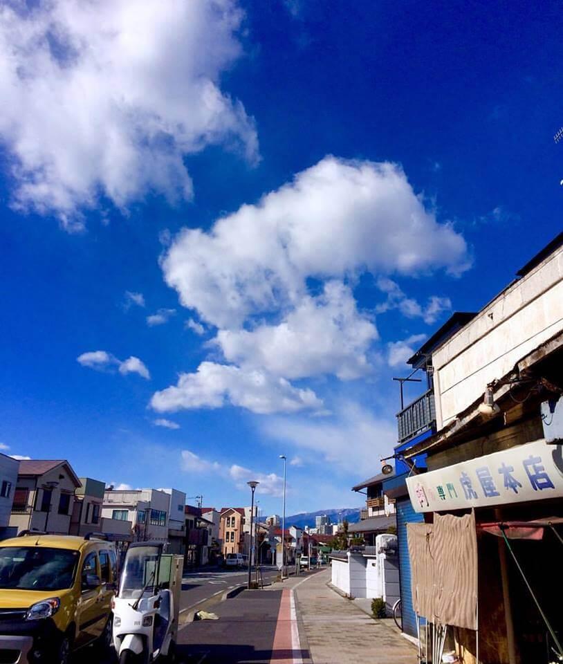 肉の虎屋さんと冬の空