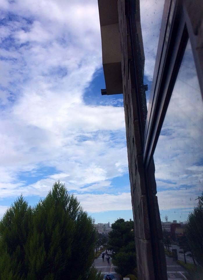 雨上がり、自宅の窓からの青空