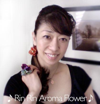 リンリンアロマフラワー装着シーン アロマが香る、鈴の可愛い音がする オーラソーマカラーのアクセサリー