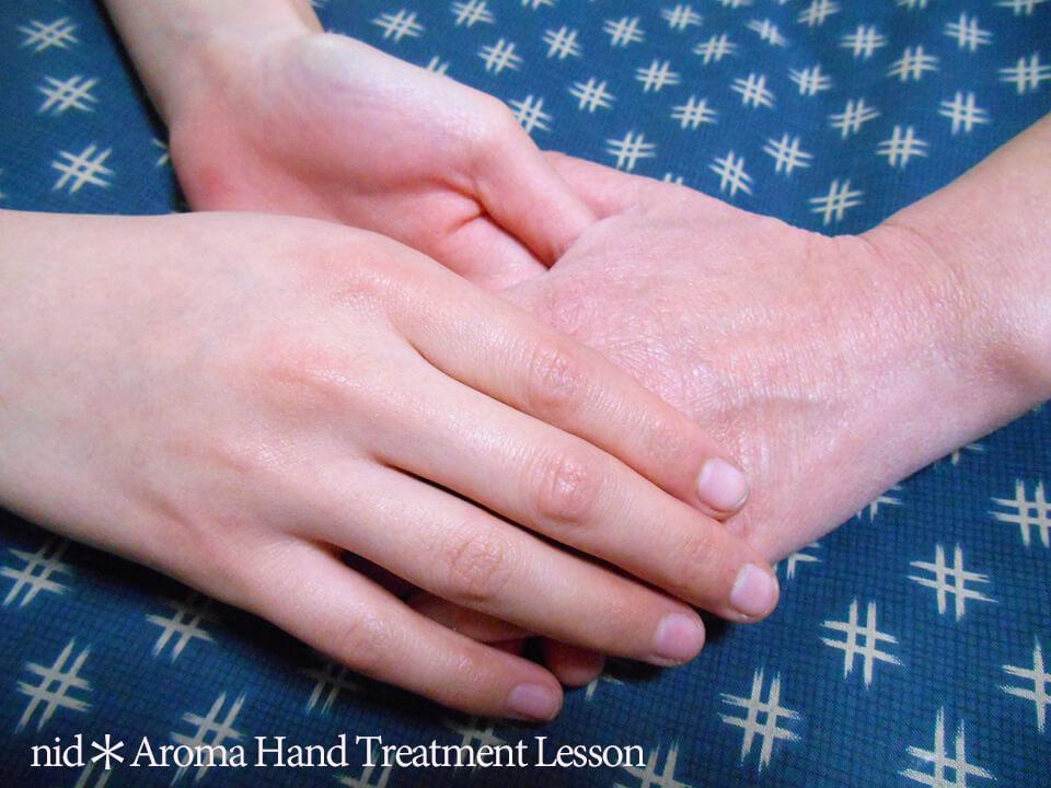 年配の手とトリートメント