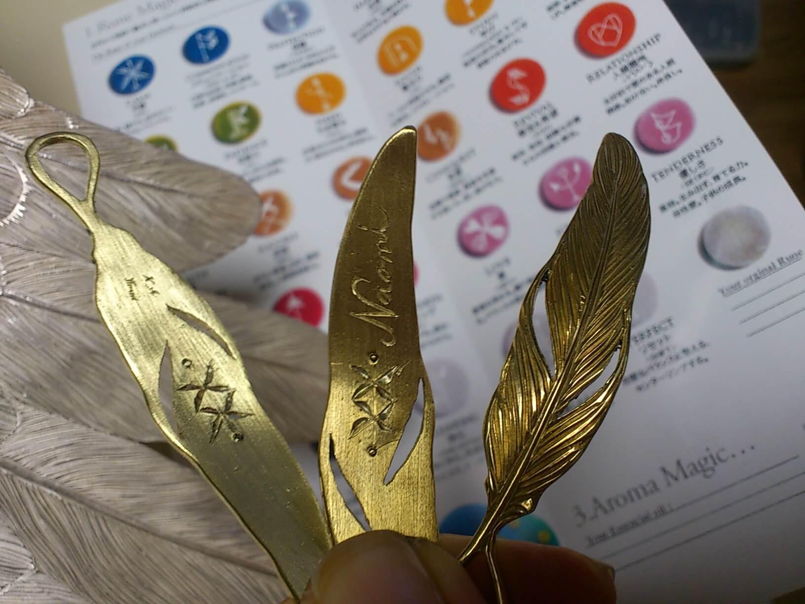 真鍮羽ルーンペンダント 裏に17個のルーン彫り上げて完成