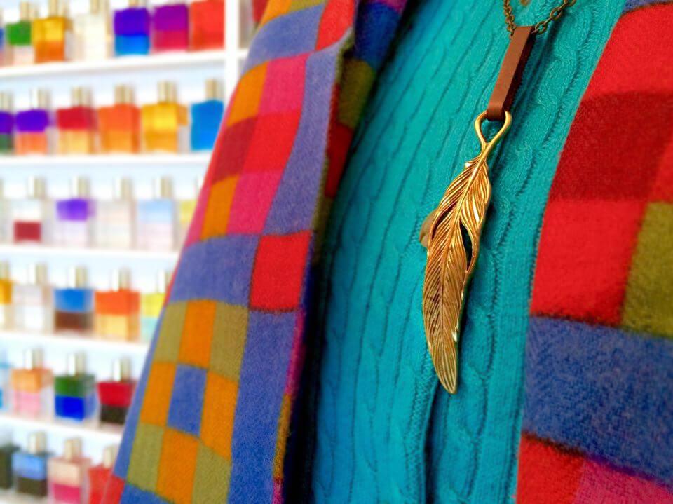 真鍮羽のルーンネックレスをカラフルセーターでとてもお似合いあです