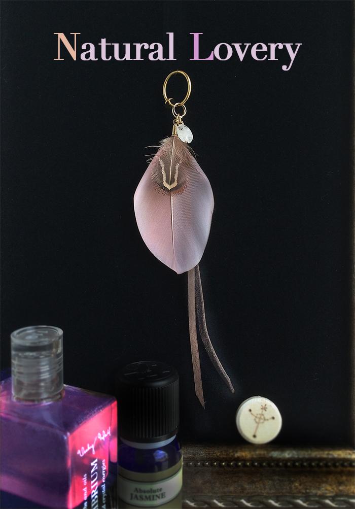 アロマの香る、羽のピアス。自然体でそのまま可愛いくなれる、ピンクの羽。