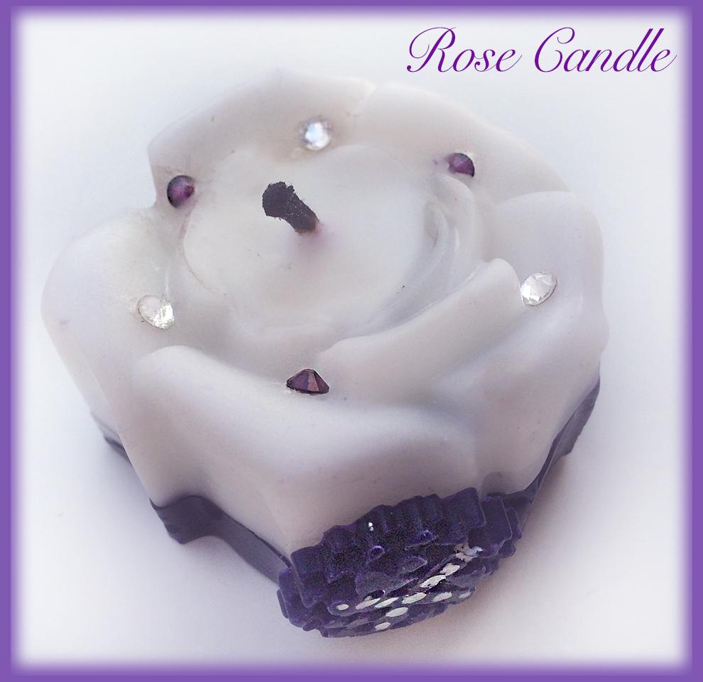 ローズキャンドル、すべて手作り、薔薇の花びらの間にきらめく雫、ラインストーンをあしらいました。ディープマゼンダの薔薇の飾りにルーンtalismanを描きました。「ギフ=愛、ギフト」のマジックです💓