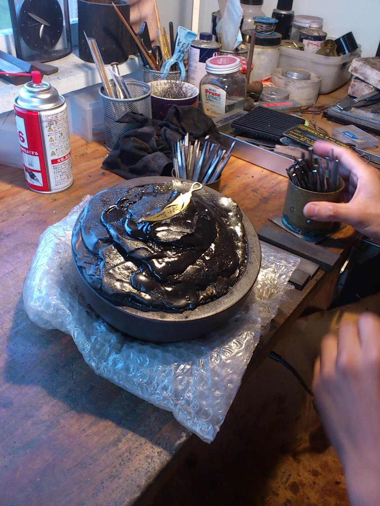 真鍮羽ルーンペンダント 裏に17個のルーン彫り中