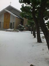 隣の雪の教会