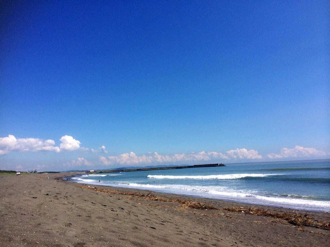 平塚ビーチパーク青空と波