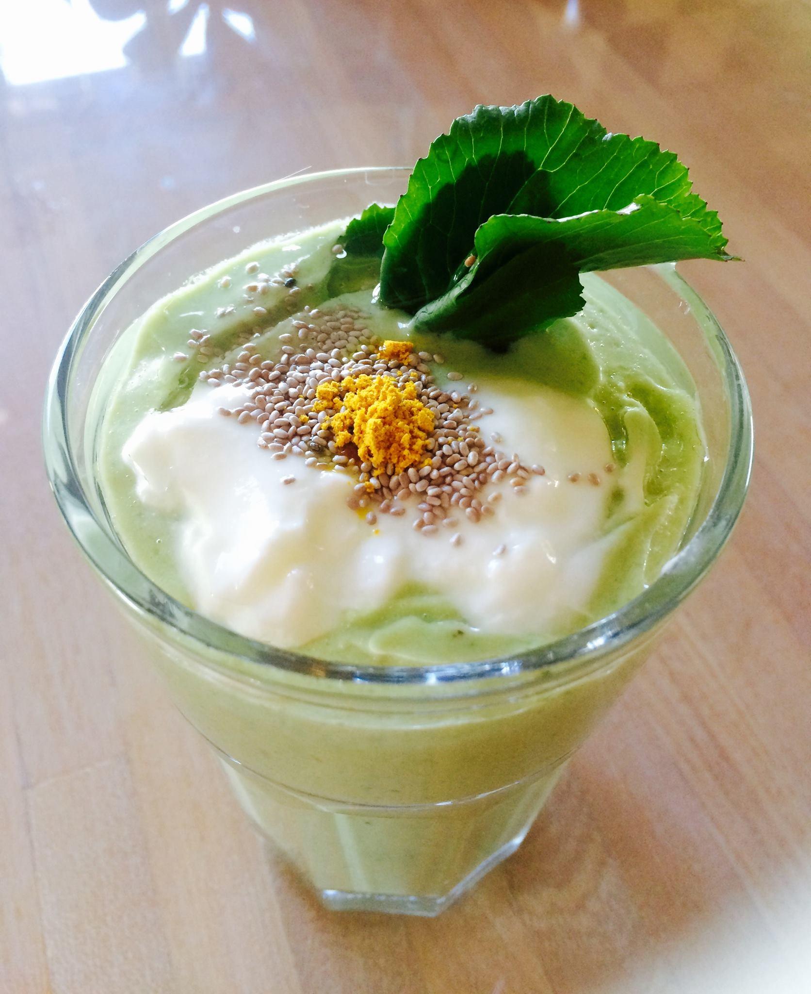 毎朝のグリーンスムージー。今朝のは大根の葉っぱ入り、体内クレンジングスムージー