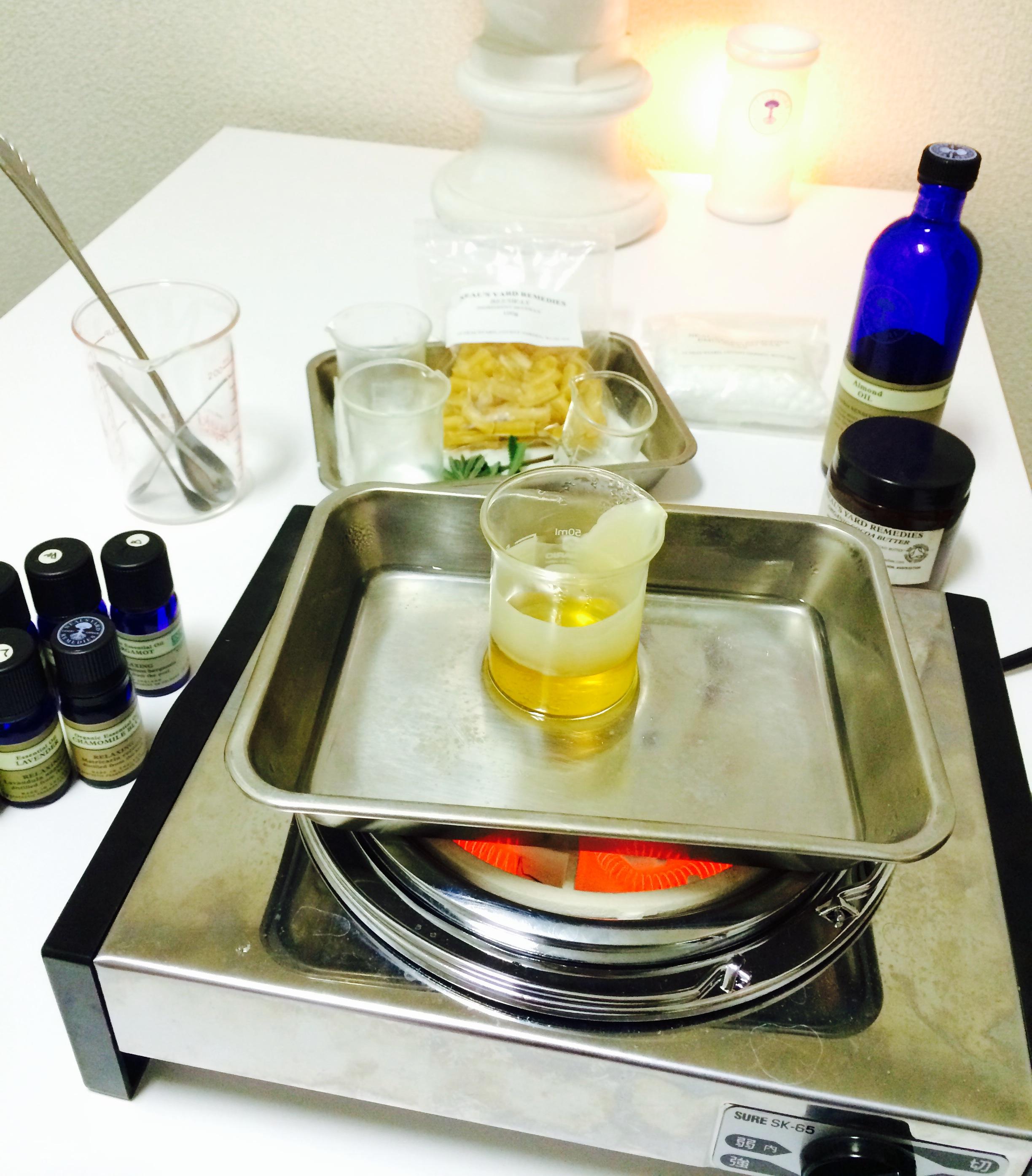 蜜蝋クリーム作り 蜜蝋を湯煎してアロマを入れる 楽しい手作りクリーム