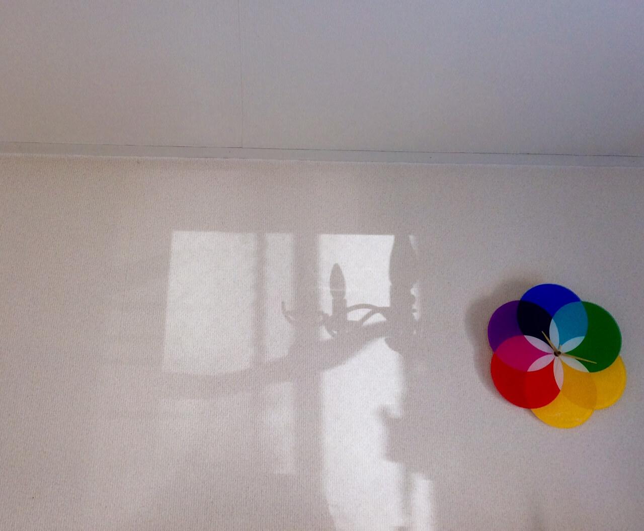 nidの壁のシャンデリアの影