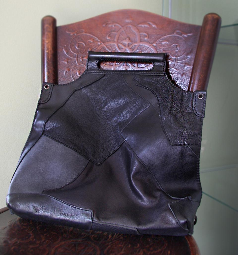世界に一つ黒本革パッチワークのクラッチはトートバッグとしてもお使いになれます