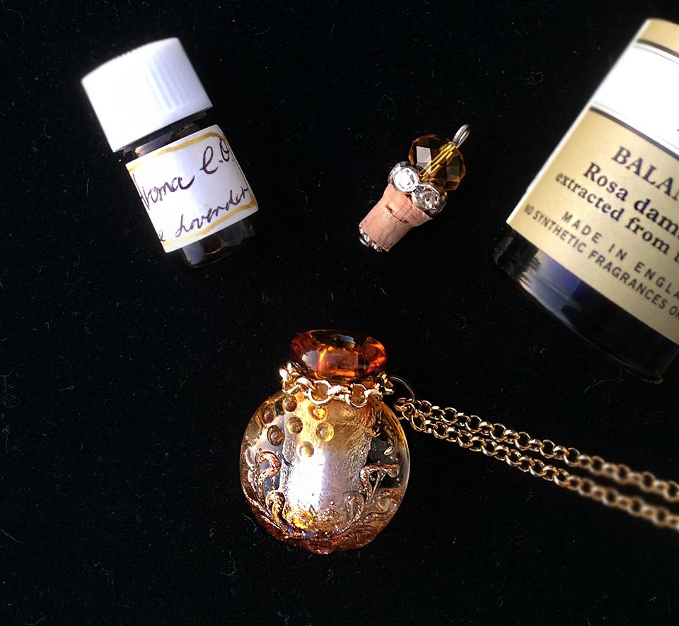 アロマを入れるインポート香水瓶にコットンに含ませたアロマを入れて! オリジナル ルーンtalismanも!