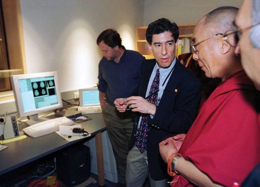 脳波の説明を受けるダライ・ラマ法王