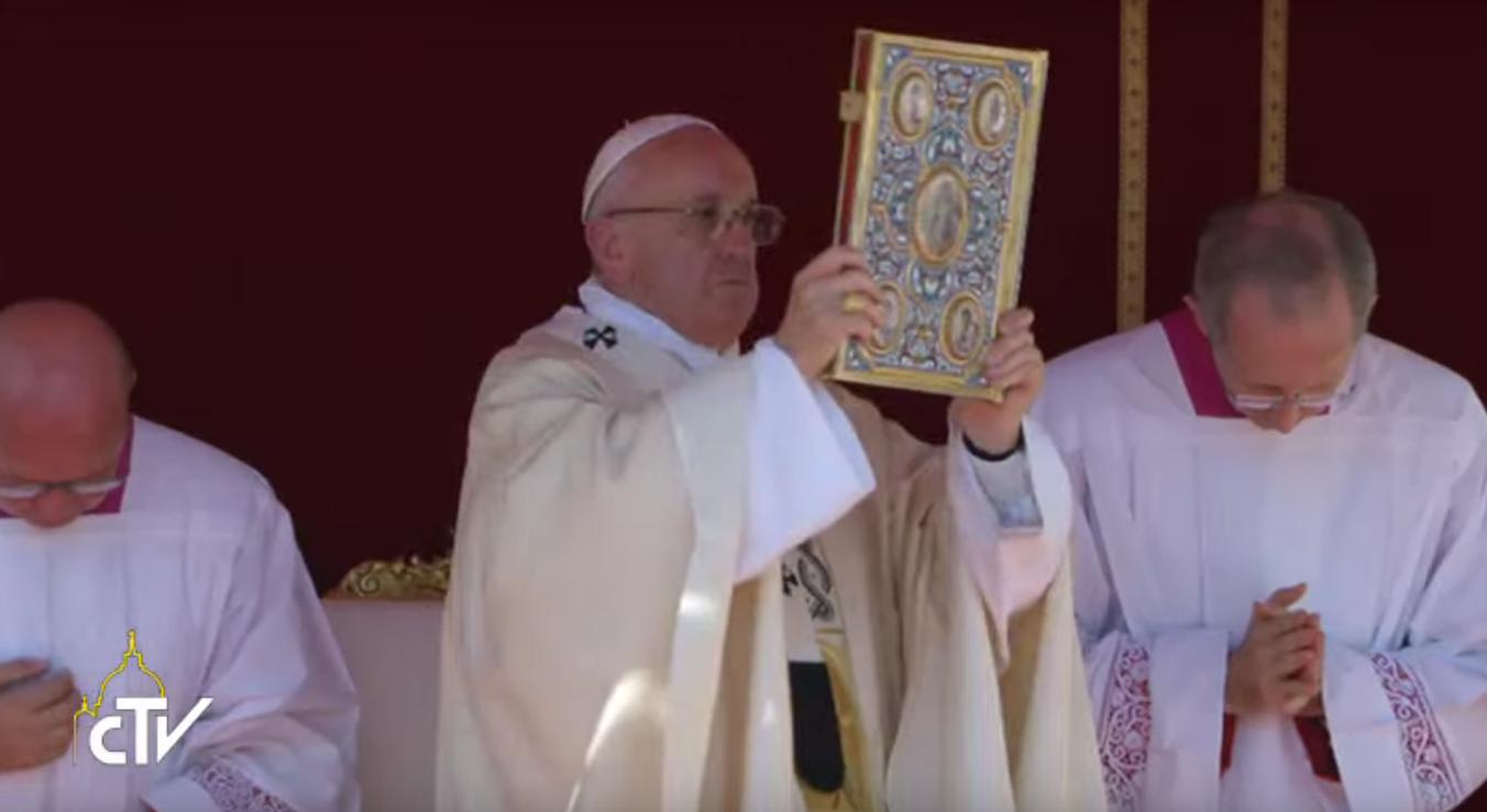 マザーテレサ2016.9.4_バチカン列聖式_法王聖書